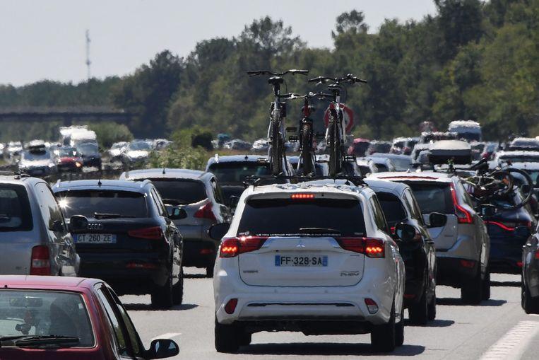 """Archiefbeeld. Fille op de A63 in de buurt van Bordeaux. VAB verwacht """"zwarte zaterdagen"""" op 1 en 8 augustus in Frankrijk."""