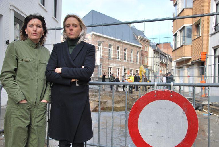 Babs en Laura bij de archeologische site van een 12e-eeuwse stadsomwalling in de Mechelsestraat. Het begin van werken die duren tot 2020. Het straat is er ondertussen afgesloten.