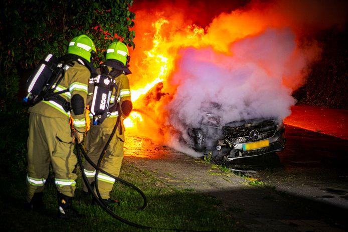 Toen de brandweer arriveerde, stond de Mercedes op de Massenweg in Rheden al in lichterlaaie. Mogelijk is het vuur aangestoken.