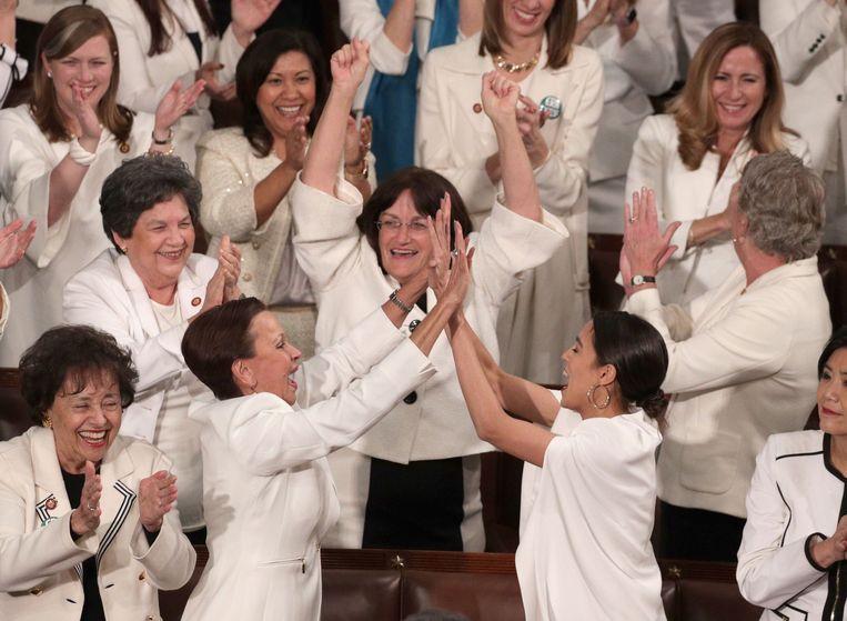 Democratische vrouwelijke Congresleden juichen wanneer Trump erkent dat er nooit meer vrouwen dan nu in het Congres hebben gezeten.