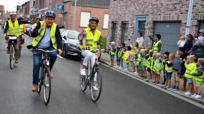 Minister Crevits fietst naar de nieuwe basisschool De Peereboom
