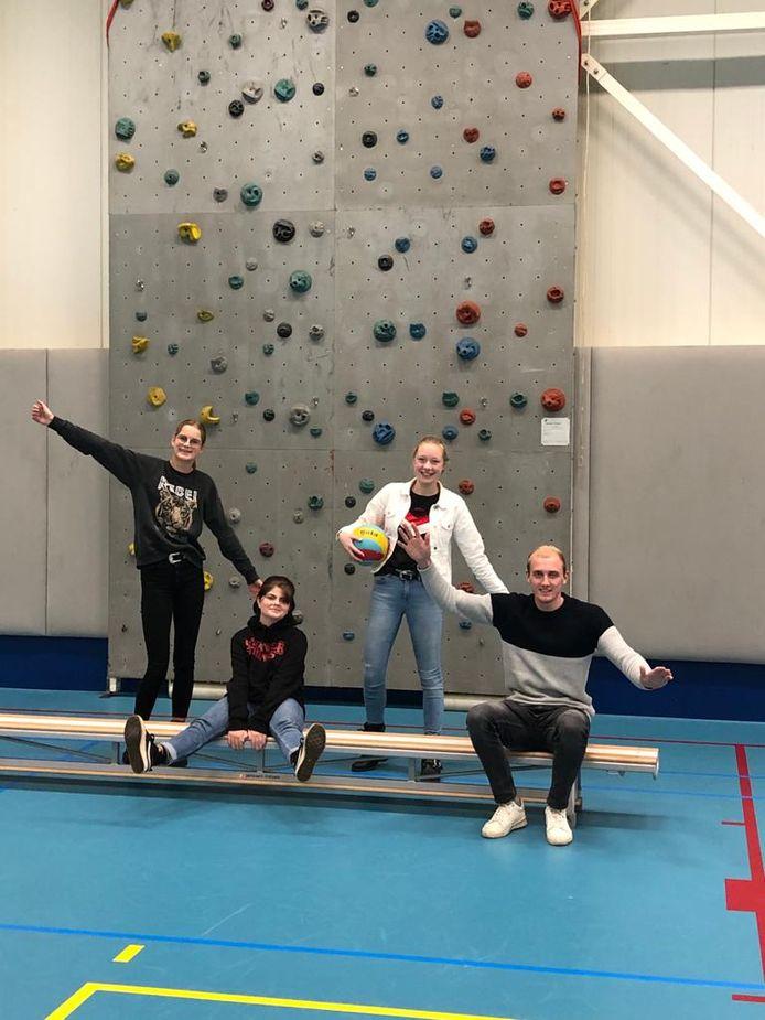 Rebecca, Myrthe, Meike, Carlijn (ontbreekt op de foto) en 'teamcoach' Noah zijn Team Actief in Dedemsvaart.
