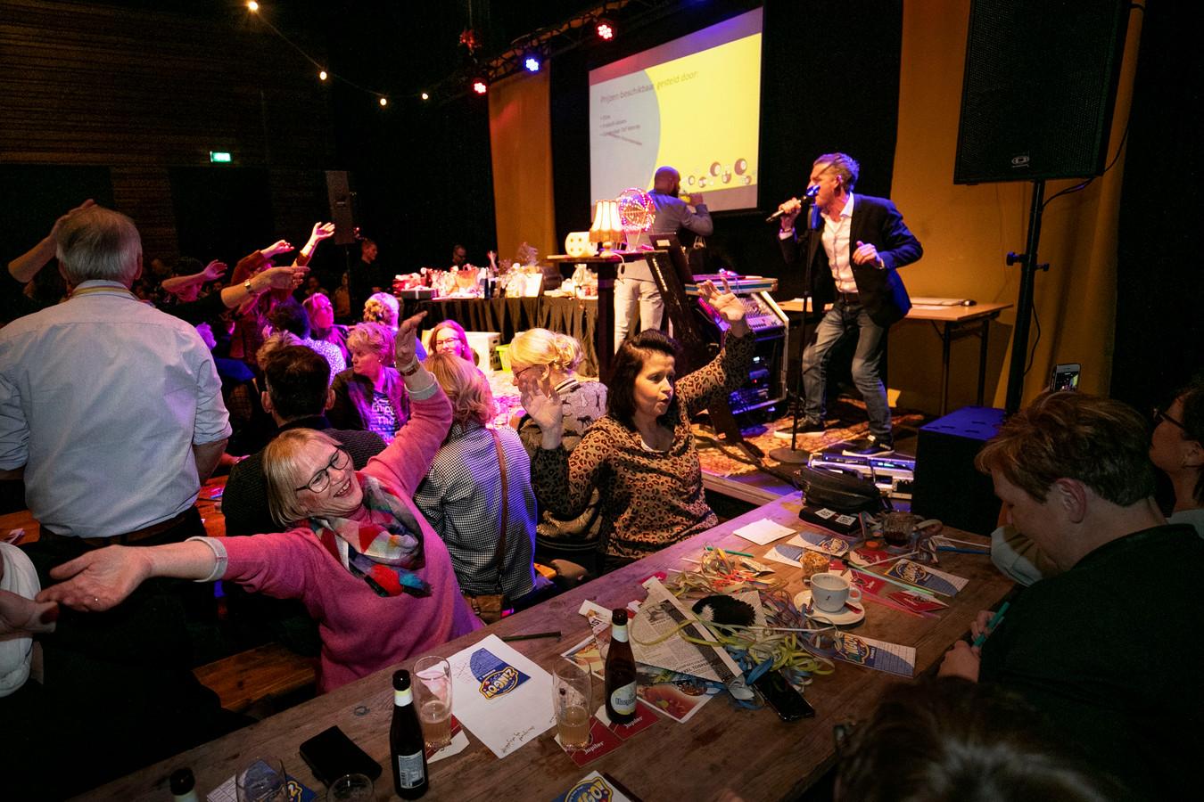 Zingo, een gezellige avond voor jong en oud, aan (en óp) lange tafels en banken