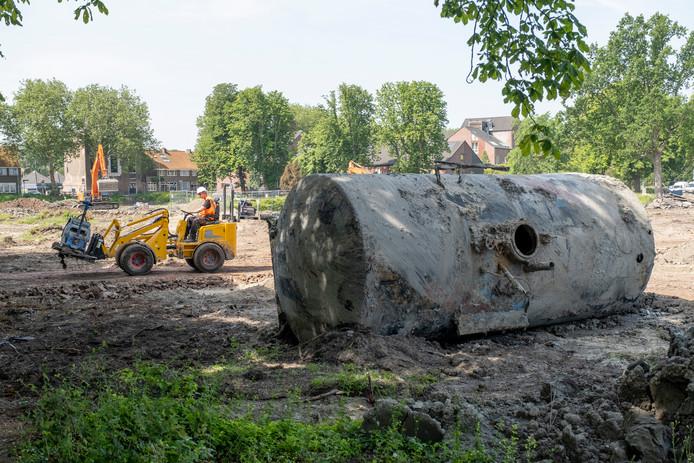 Bij de herinrichting van het Molenwaterpark in Middelburg is een olietankwagon uitgegraven die werd gebruikt door Miniatuur Walcheren.