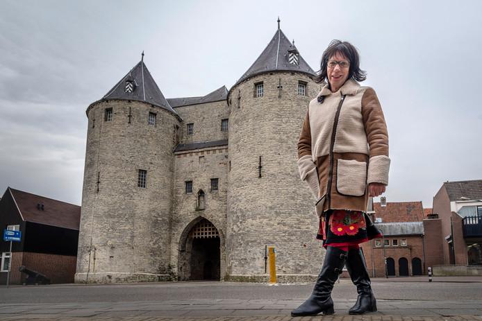 Wilma de Krom bij de Gevangenpoort in Bergen op Zoom.