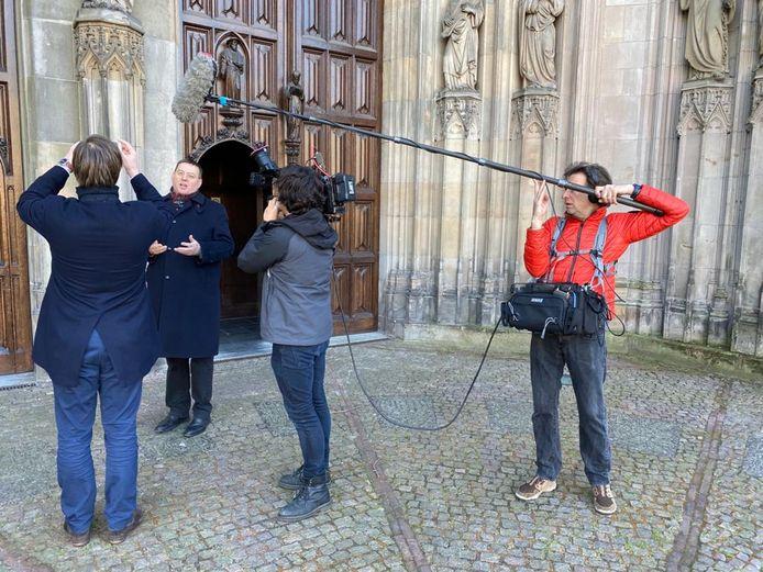 Plebaan Vincent Blom neemt voor de Sint-Jan een vlog op.