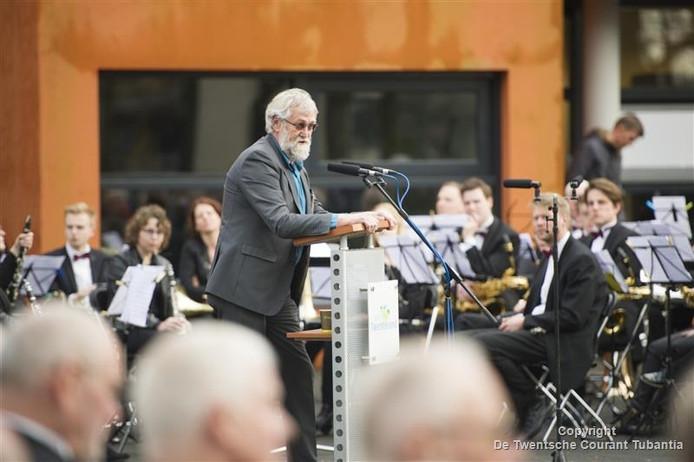 Oud-wethouder Hidde Visser voert als voorzitter van de werkgroep oorlogsmonument Vriezenveen het woord.