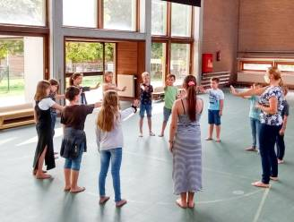 """Dé BroeBELschool in Oudenaarde pakt pesten preventief aan met fysieke doe-oefeningen: """"Leren gaat zoveel beter als je je goed voelt"""""""
