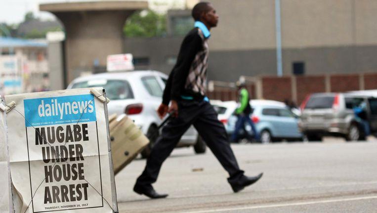 Een man loopt over straat in Harare Beeld epa