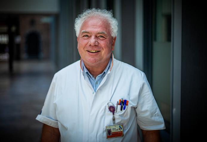 Kees Hogewoning is bij zijn afscheid als gynaecoloog koninklijk onderscheiden.