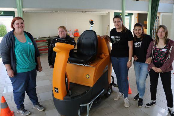 De leerlingen mochten ook een parcours afleggen met de zitschrobmachine.