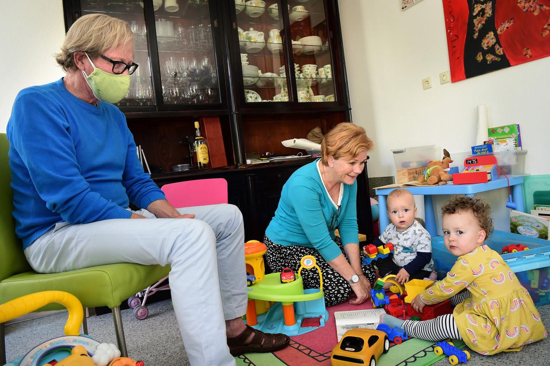 Simone Sevink met twee van haar kleinkinderen. Haar man draagt in hun nabijheid veiligheidshalve een mondkapje. Beeld Marcel van den Bergh / de Volkskrant