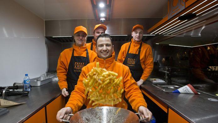 Kris Florek wil zijn Poolse landgenoten in Warschau knapperige Hollandse friet laten proeven. Dat doet hij vanuit een in Nederlandse kleuren omgetoverde foodtruck.