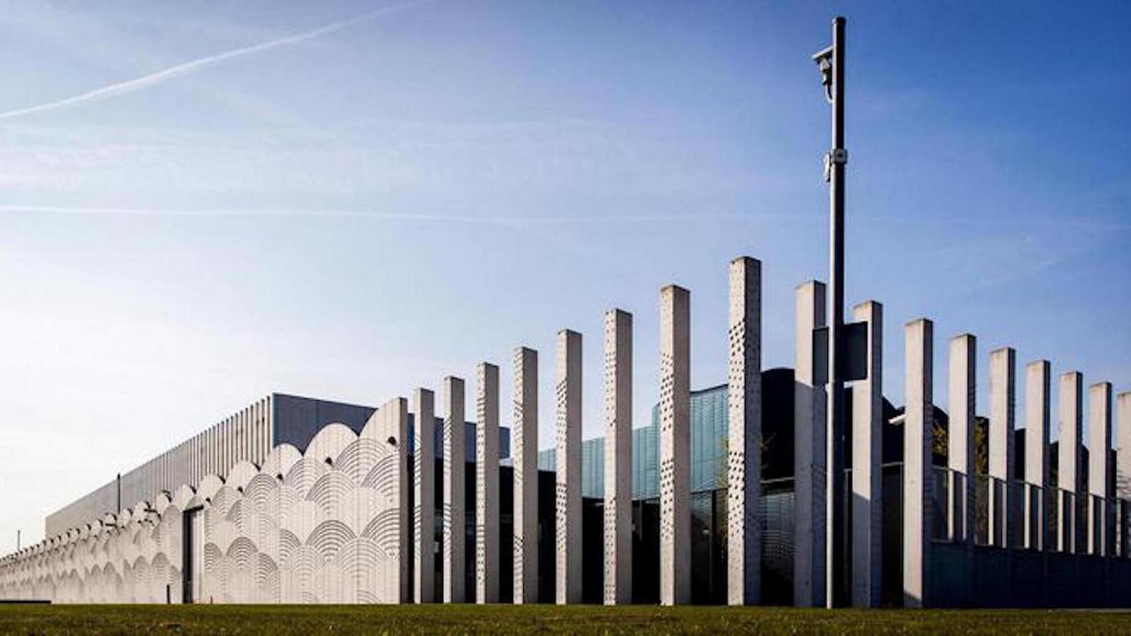 De extra-beveiligde rechtbank op Schiphol waar het MH17-proces plaatsvindt