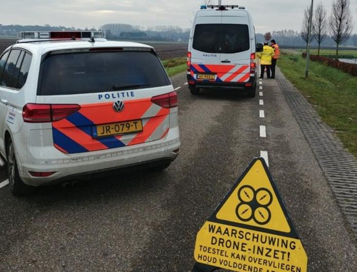 Politie op de Vliegertsdijk in Grashoek na het dodelijke ongeluk.