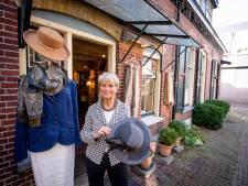 Tweedehandskledingwinkel in Holten sluit: Dame hangt haar hoed aan de wilgen