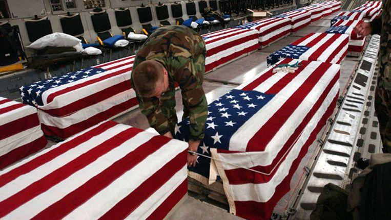 Lijkkisten met militairen die in Irak zijn gesneuveld,worden uitgeladen op de luchtmachtbasis Dover in Delaware. Beeld EPA