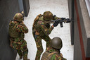 Infanteristen oefenen hun vaardigheden in het nieuwe schiethuis in Havelte.