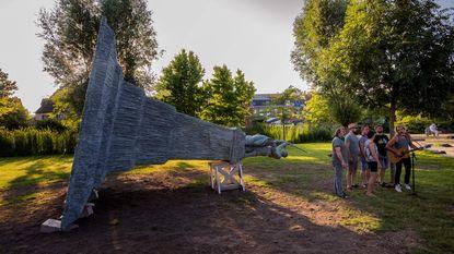 Kunstwerk 'Dienen/To serve' prijkt in stadspark