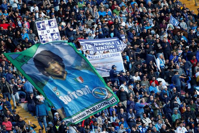 Fans van Napoli in Stadio San Paolo, waar Diego Maradona nooit ver weg is.