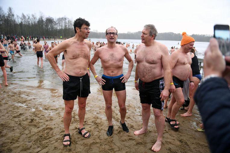 Burgemeester Dirk Claes slaat een praatje met minister Ben Weyts na de verfrissende duik. Staatssecretaris Theo francken (r.) moedigt de duikers aan met een frisse pint in de hand. Hij moest verstek laten gaan omwille van een blessure.