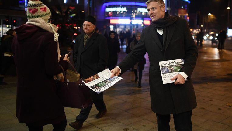 Zac Goldsmith voert campagne in het Londense stadsdeel Richmond Park. Beeld getty
