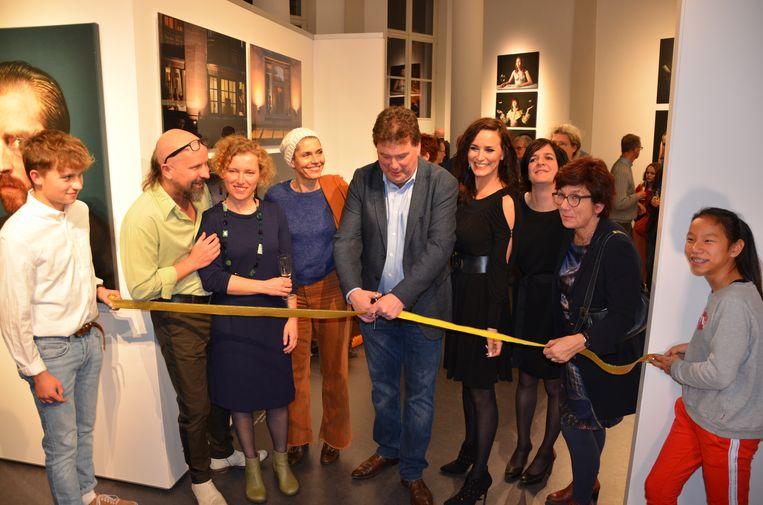 Burgemeester Filip Anthuenis opent de tentoonstelling samen met Zohra en Joke Devynck.