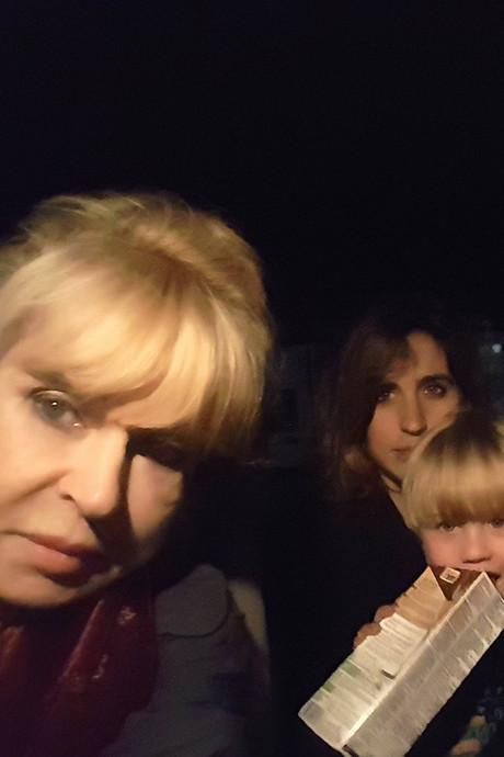 Sarah uit Buren staat samen met zoontje (3) urenlang met pech langs A15