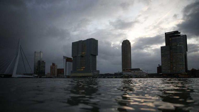 en hoge waterstand in de Nieuwe Maas. Enkele kades van het Noordereiland in Rotterdam zijn ondergelopen, na de storm van afgelopen nacht Beeld anp