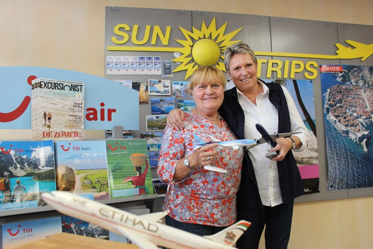 """Carmen Vandenbogaerde en Maud Coukuyt, medewerkers van reisbureau Sun Trips.  """"Er is hier altijd iets te zien als klanten tot bij ons komen."""""""