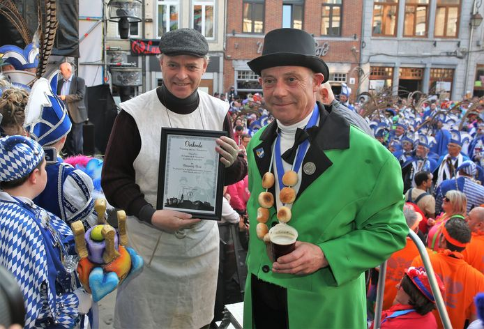 Brouwer Frank Boon gaat met pensioen maar kreeg wel een oorkonde van De Confrèrie van de Vaantjesboer. Boon is de brouwer van het Hals Duivelsbier en loopt ook elk jaar mee met achter de ton van Reus Vaantjesboer, waar uit het bier getapt wordt.