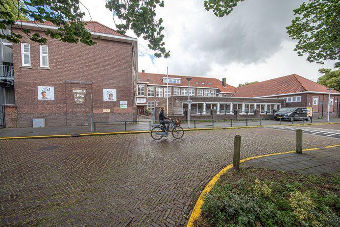 Zwolle werkt aan een groot wederopbouwplan voor onderwijsgebouwen. Veel zijn verouderd. De Koningin Emmaschool is één van de oudere gebouwen. Al jaren kampen ze daar met ruimtegebrek. Daarom zijn noodlokalen op het plein geplaatst.