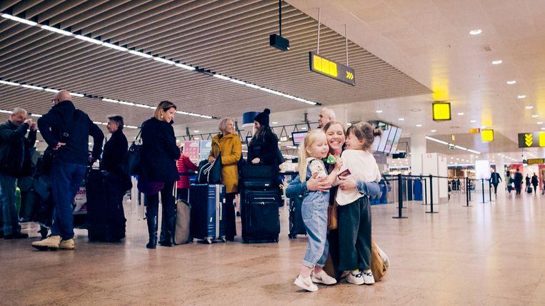 Emma herenigd met de kindjes Mila en Milou op de luchthaven.
