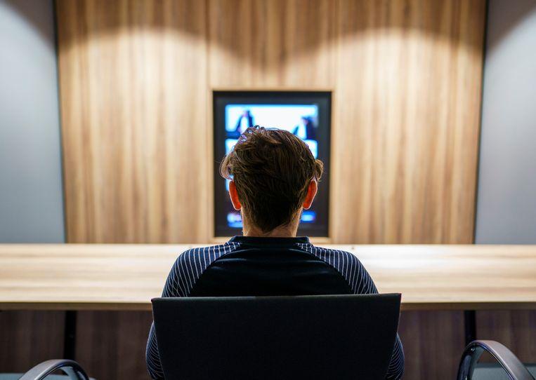 Een gevangene voert een gesprek via een videoverbinding.  Beeld Freek van den Bergh / de Volkskrant