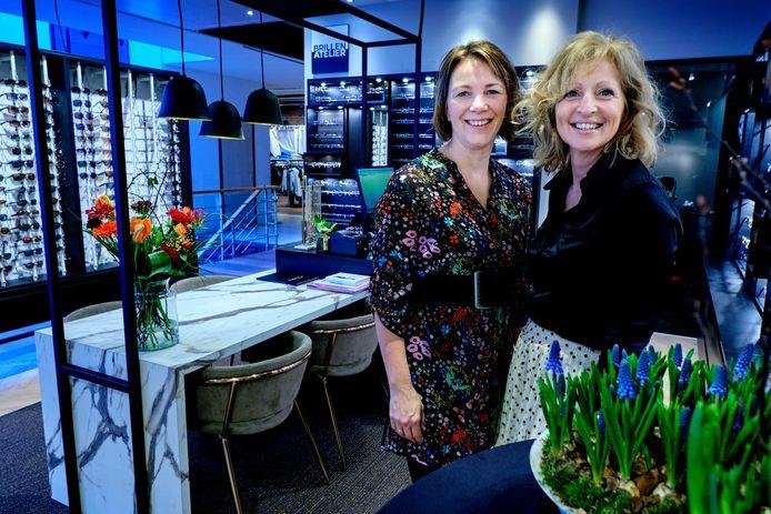 Muriel (links) en Margret Oosting in hun Brillen Atelier in 's-Gravendeel.