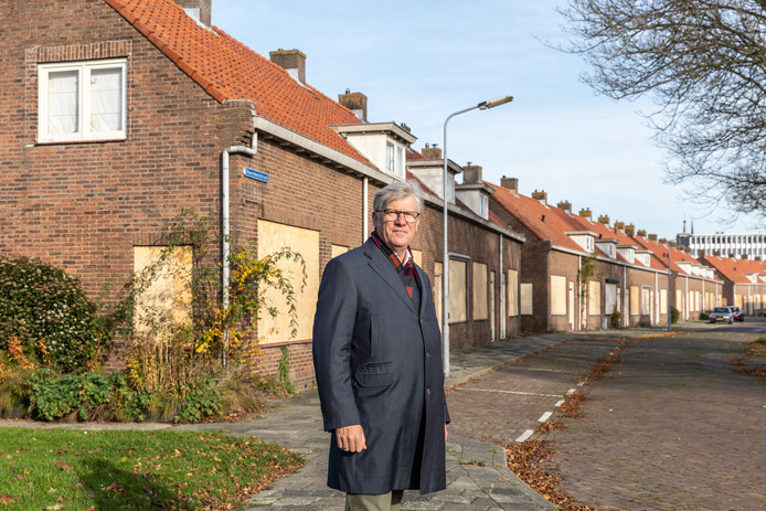 RWS-directeur Maarten Sas in de Frans Naereboutstraat in Goes, waar een aantal woningen wacht op sloop.