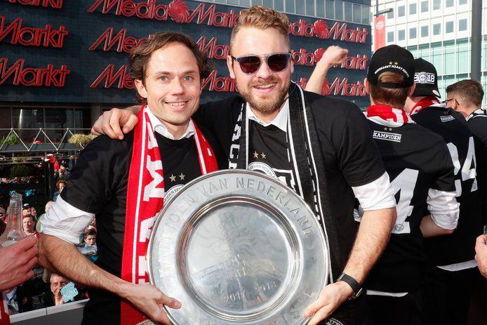 Wart van Zoest en PSV-keeper Jeroen Zoet vieren de titel van 2018 van PSV.