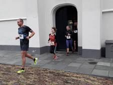 Hardloopwedstrijd dwars door de kerk en Hema in Veenendaal