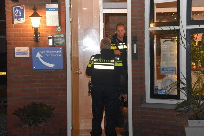 De politie doet onderzoek na de overval op het hotel.
