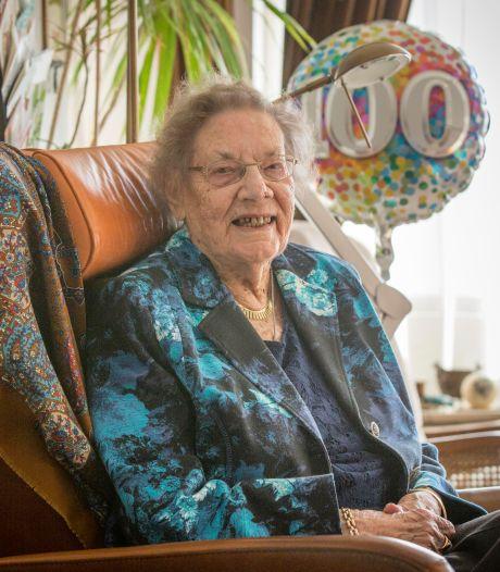 Honderd jaar oud, maar Francien de Neef kookt nog iedere dag haar eigen potje