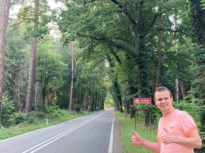Verslaggever Ron Hemmink langs de weg van Den Ham naar Ommen.