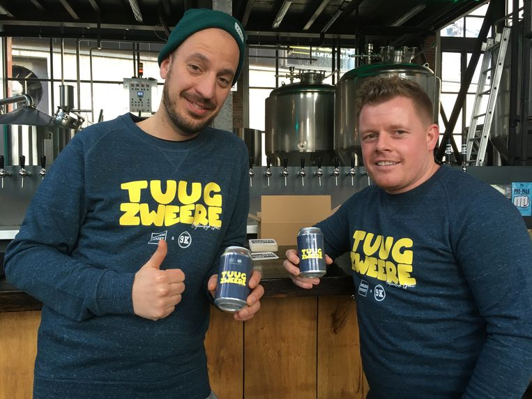 Thomas (links) en Darcey met hun bier.