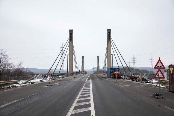 Brug Lixhe in Voeren is een jaar na het afsluiten van de brug gedeeltelijk terug opengesteld voor het verkeer.