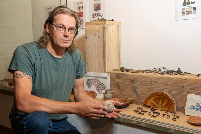 Stef Nelisse van de Archeologische Werkgroep Schouwen Duiveland met een kanonskogel uit de Tachtigjarige Oorlog, ook te zien bij de expositie in de Zierikzeese Noordhavenpoort.
