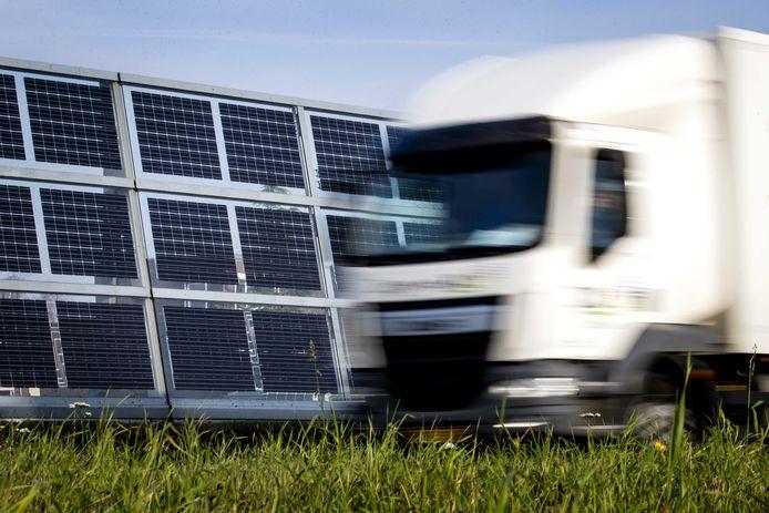 Zonnepanelen op een geluidscherm langs de N470 tussen Delft en Zoetermeer: de eerste weg met een gesloten energiesysteem.