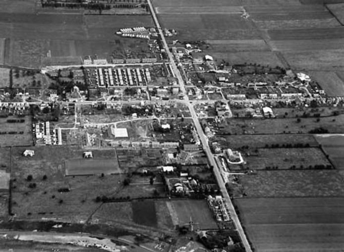 Schoondijke omstreeks 1950, goed te zien is dat het dorpscentrum nog grotendeels moet worden herbouwd.