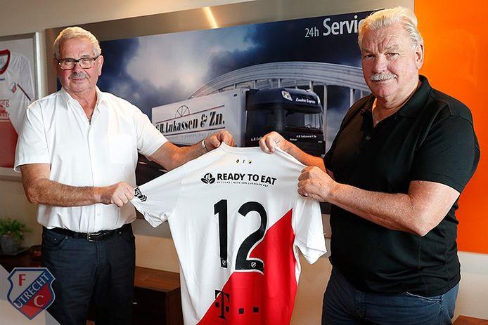 Gert Lukassen en Frans van Seumeren presenteren het shirt met daarop de nieuwe rugsponsor.