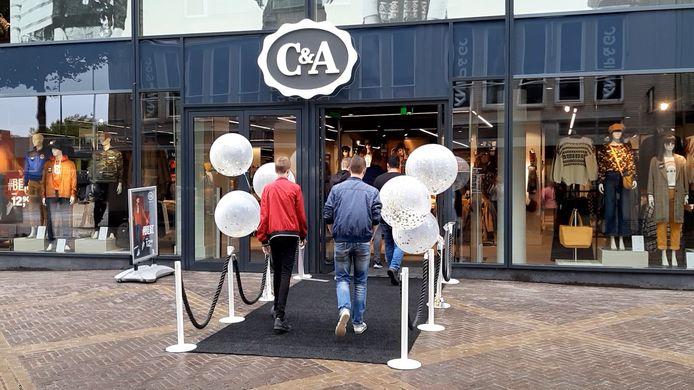 Klanten lopen de verbouwde C&A aan de Hamburgerstraat in Doetinchem binnen.