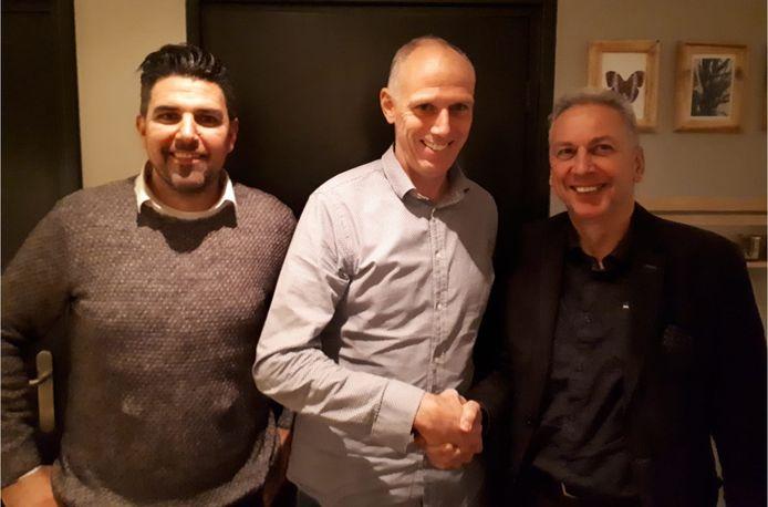 John Meijs (midden) met voorzitter Ad van Acht (r) van Rhode en Giel van Esch van de technische commissie.