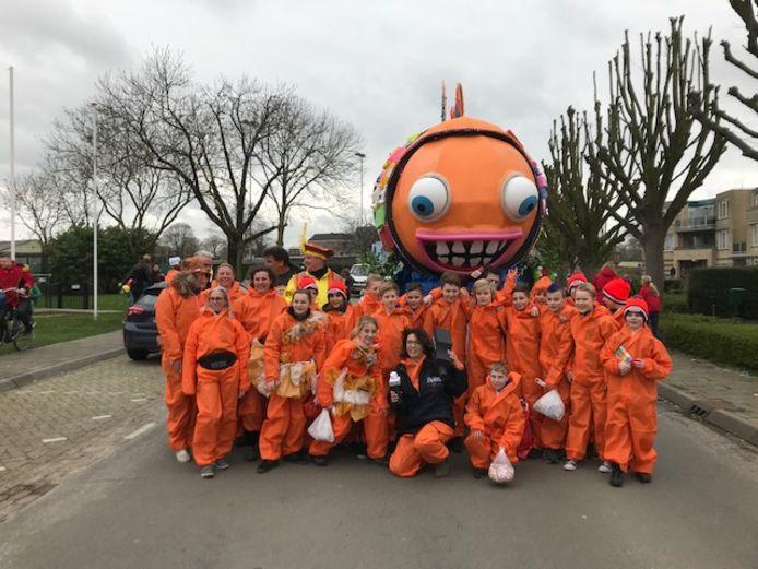 De groep wagenbouwers bij hun creatie gericht tegen storten in Over de Maas.